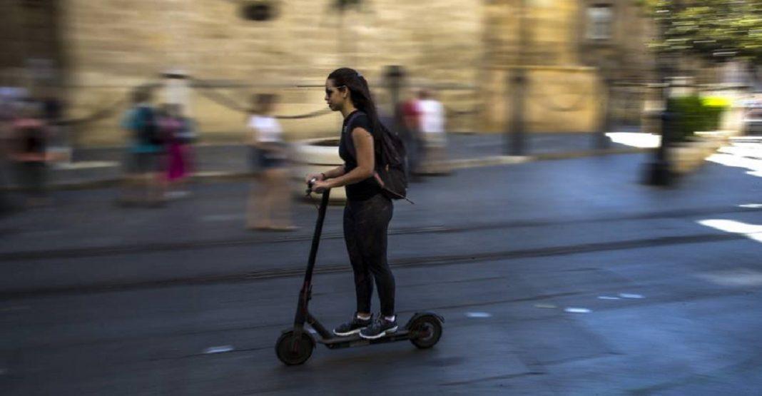 mujer en un patinete eléctrico