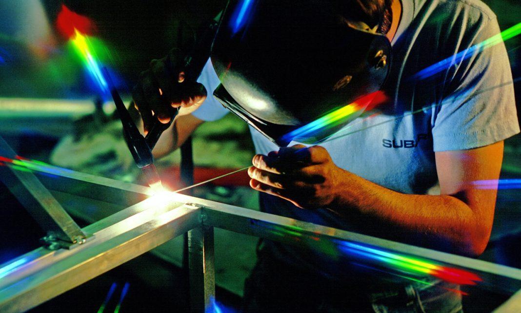 Imagen de un soldador usando su soplete