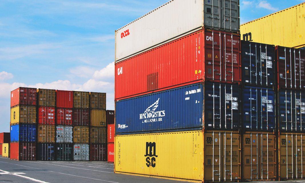 Imagen de un área de almacenaje de contenedores de transporte, con decenas de contenedores apilados