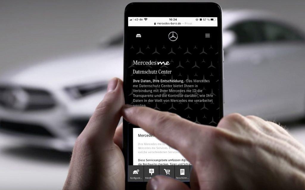 persona manejando datos app Mercedes