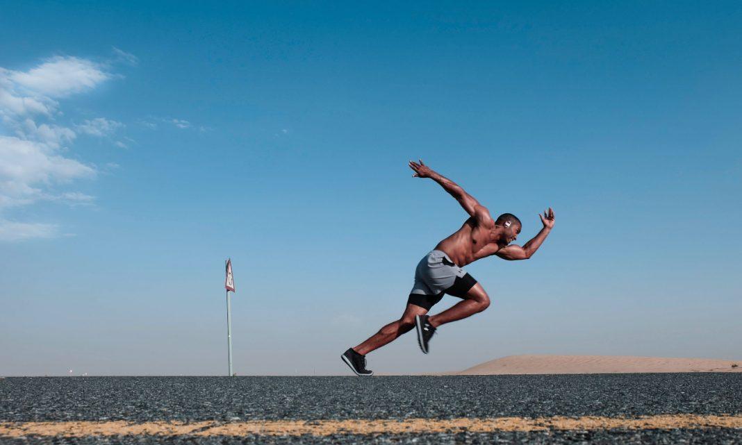 Imagen de un atleta corriendo sobre una carretera