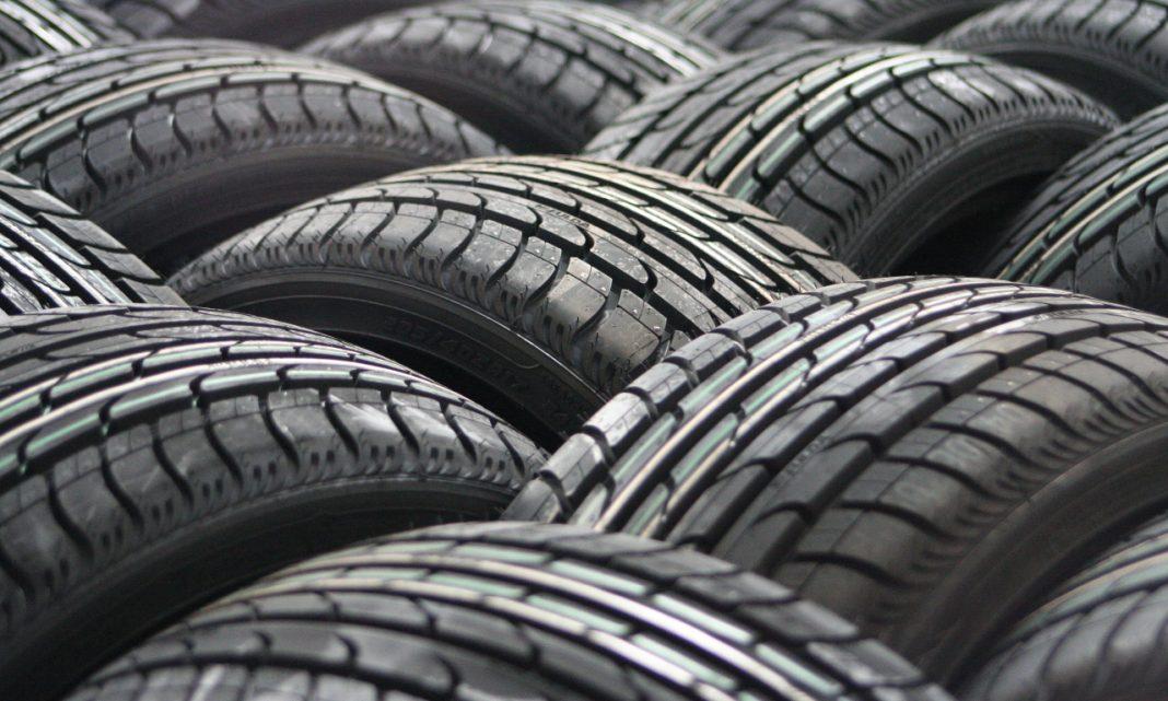 Imagen de una serie de neumáticos dispuestos unos al lado de otros siguiendo un orden geométrico