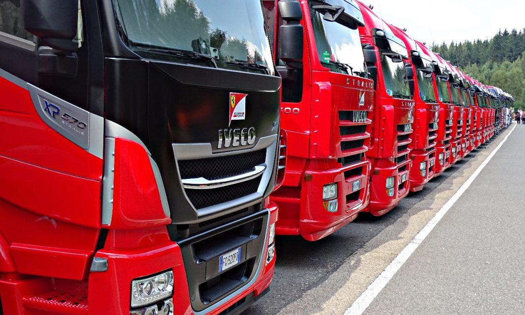 Imagen de una hilera de camiones rojos aparcados de forma consecutiva