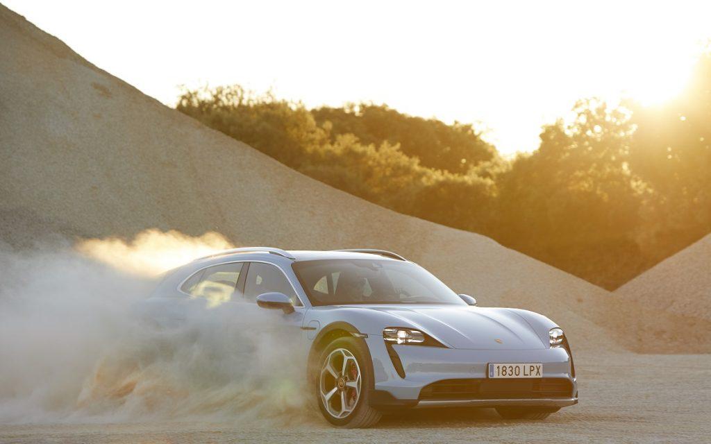 Imagen del Porsche Taycan Cross Turismo en tierra