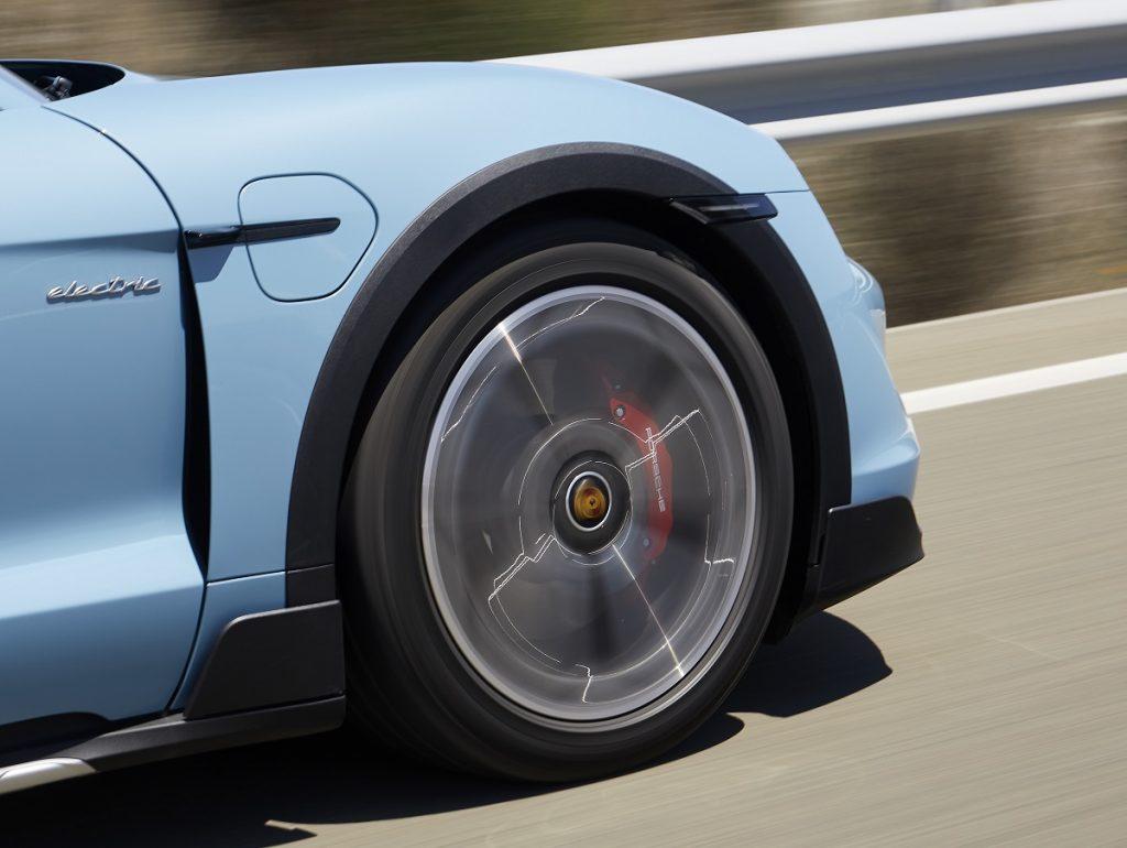 Detalle en marcha del Porsche Taycan Cross Turismo