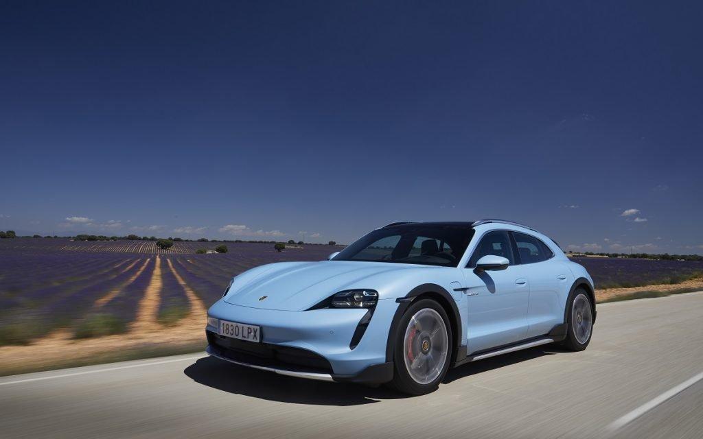 Imagen del Porsche Taycan Cross Turismo en carretera