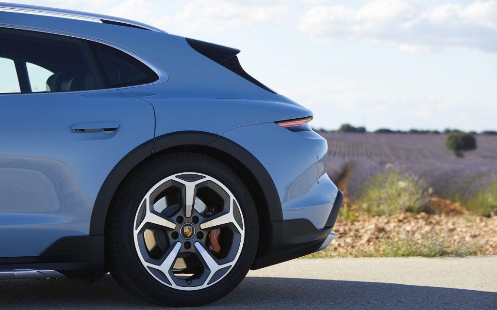 Detalle posterior del Porsche Taycan Cross Turismo
