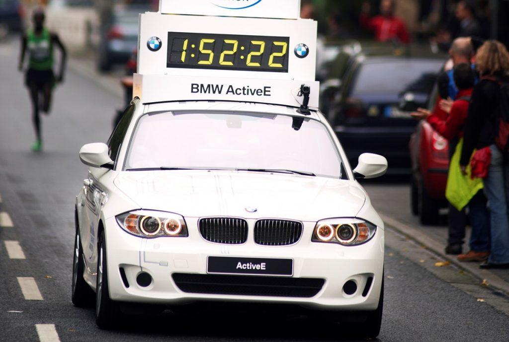 un bmw eléctrico en una maratón