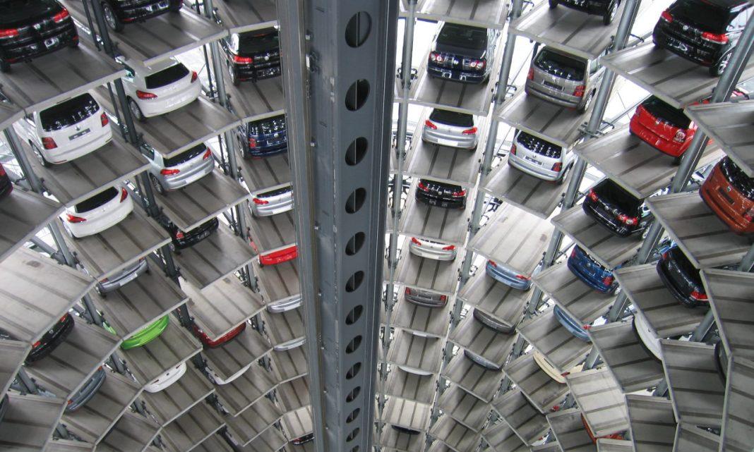 Imagen de un parking de varias plantas por dentro