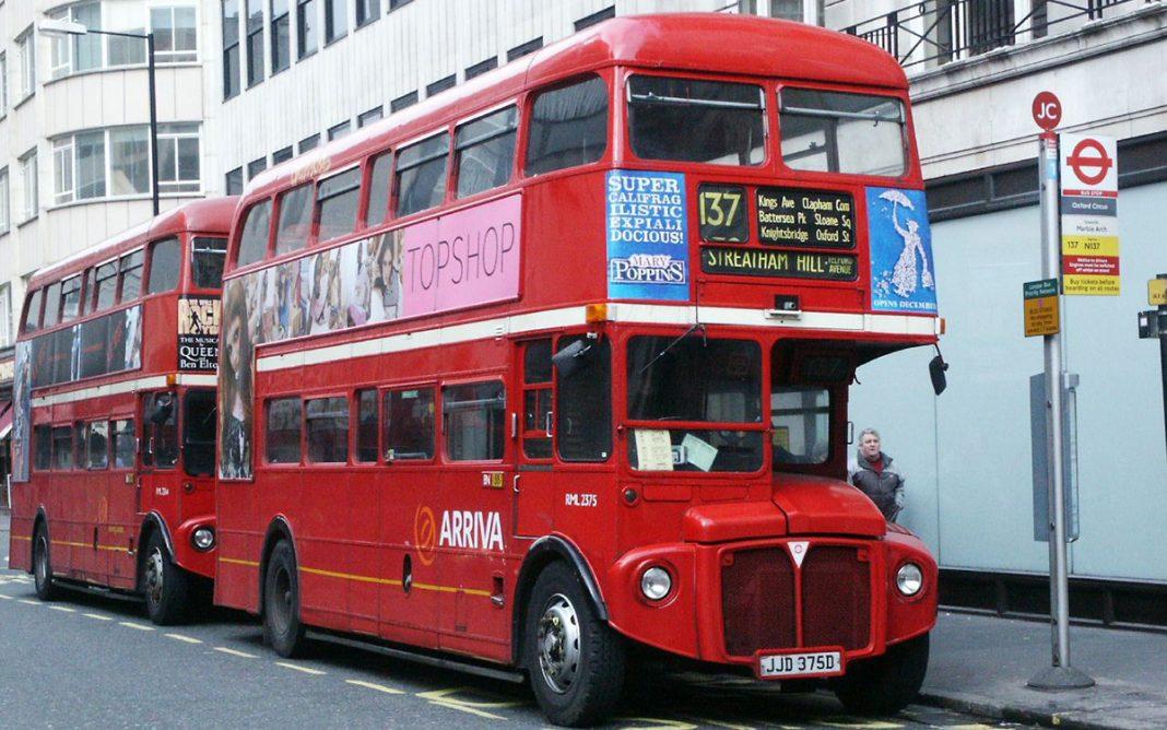 Routemaster autobús Londres tres cuartos frontal