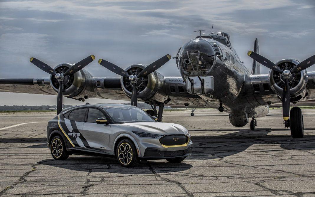 Imagen del Ford Mustang Mach E junto a un aviíon