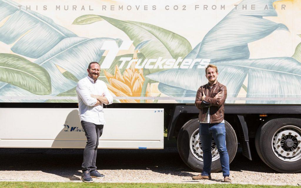 Los CEOs de Trucksters y Taruga posan con el Camión EcoTrucksters by Taruga